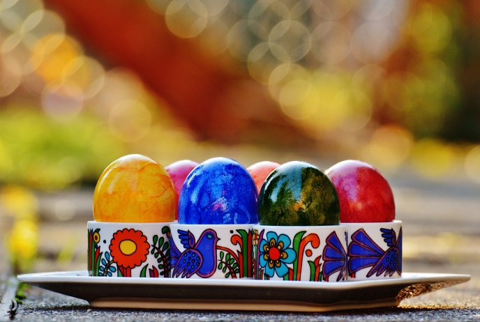 Easter eggs in funny cups - Happy Spring Holiday