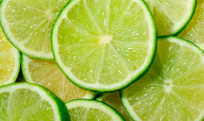 Fresh lemon juice with slices of lime