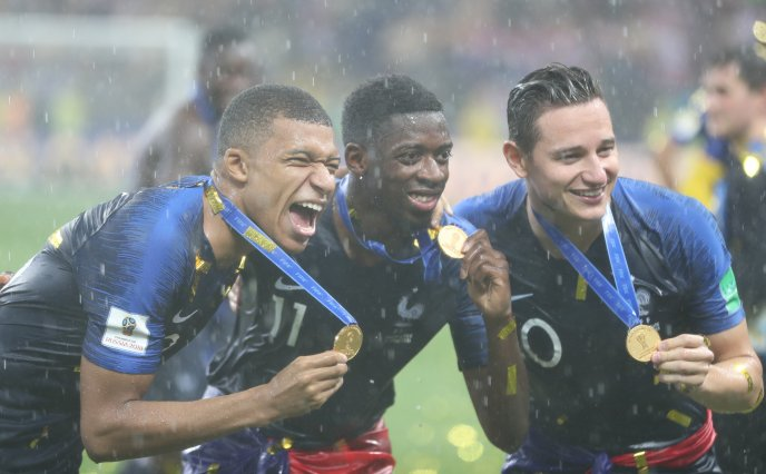 Happy photo with golden medals - France football team